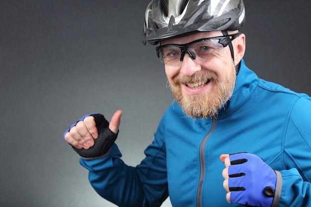 Portret van gelukkig lachen bebaarde wielrenner