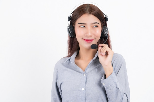Portret van gelukkig lachend vrouwelijke klantondersteuning telefoon operator kort haar, gekleed in een wit overhemd met headset aan één kant met de oortelefoon geïsoleerd op een witte achtergrond.