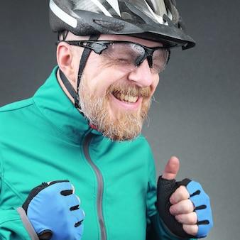 Portret van gelukkig lachende bebaarde fietser