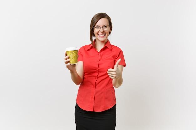 Portret van gelukkig lachende jonge zakelijke leraar vrouw in rode shirt bril met kopje koffie of thee in handen geïsoleerd op een witte achtergrond. onderwijs of lesgeven in het concept van de middelbare schooluniversiteit.