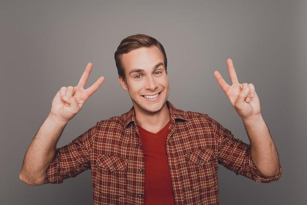 Portret van gelukkig lachende man met twee vingers
