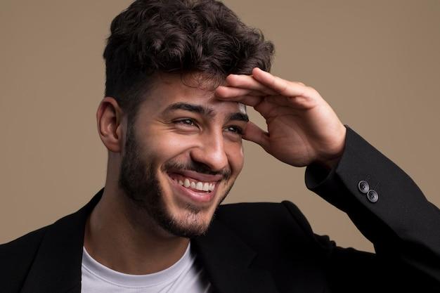 Portret van gelukkig lachende man