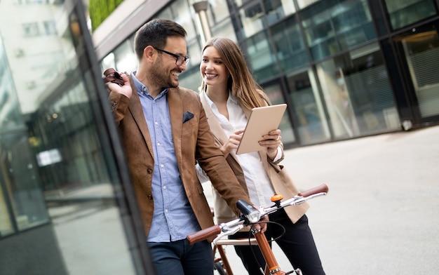 Portret van gelukkig lachende zakenmensen die in de stad praten