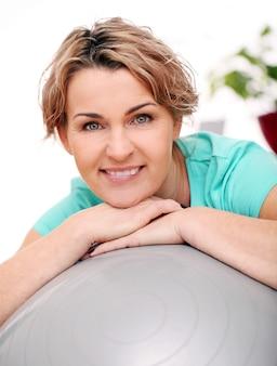 Portret van gelukkig leeftijd sportvrouw