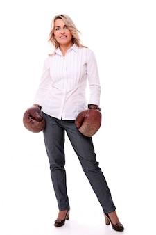 Portret van gelukkig leeftijd vrouw met bokshandschoenen