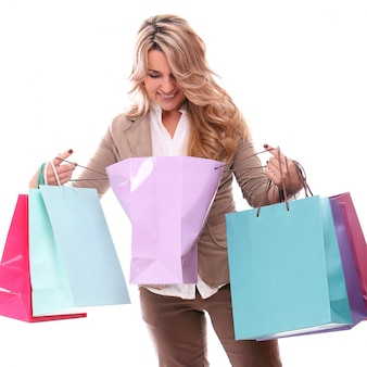 Portret van gelukkig leeftijd vrouw met boodschappentassen