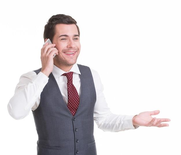 Portret van gelukkig man bellen door gsm in casuals. concept communicatie.