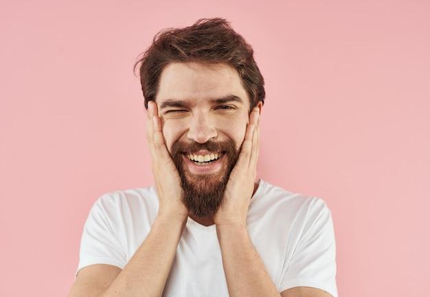 Portret van gelukkig man vreugde glimlach gebaren met handen roze.