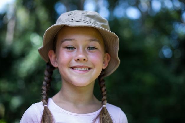 Portret van gelukkig meisje in achtertuin
