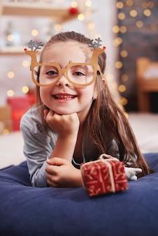 Portret van gelukkig meisje met aanwezige kerstmis