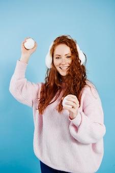 Portret van gelukkig meisje sneeuwbal gooien