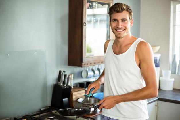 Portret van gelukkig mensen kokend voedsel in keuken