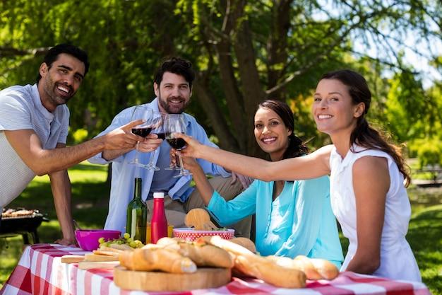 Portret van gelukkig paar die glazen wijn roosteren