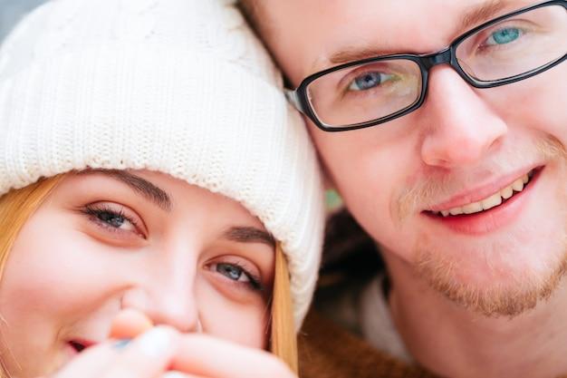 Portret van gelukkig paar in winterresort