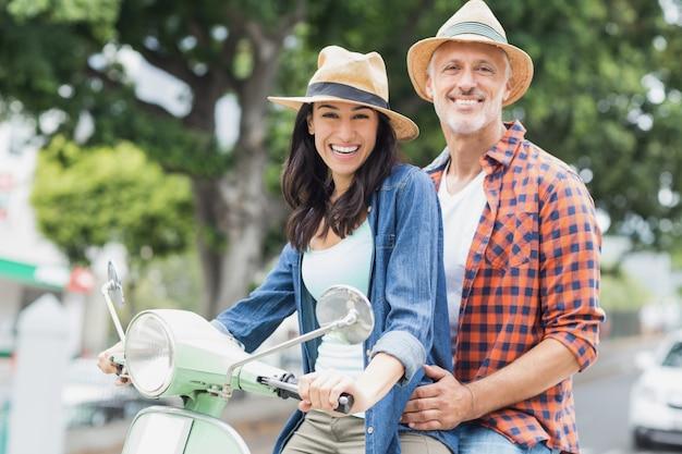Portret van gelukkig paar op bromfiets