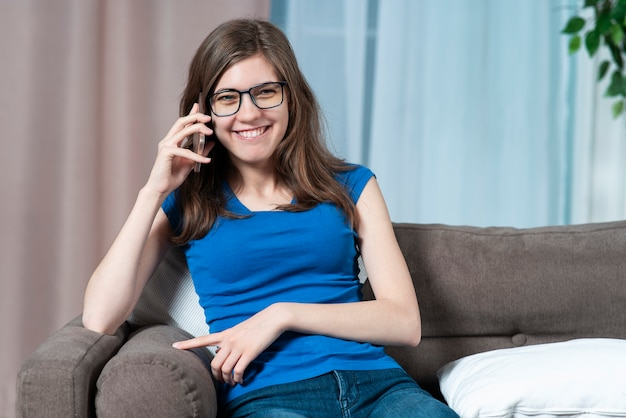 Portret van gelukkig positief meisje mooie vrolijke mooie vrouw praat op haar mobiele cel