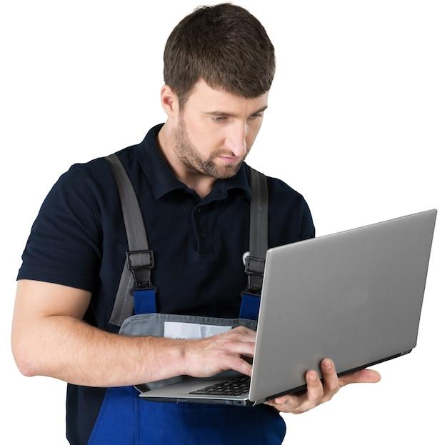 Portret van gelukkig reparateur met laptop op de witte achtergrond.