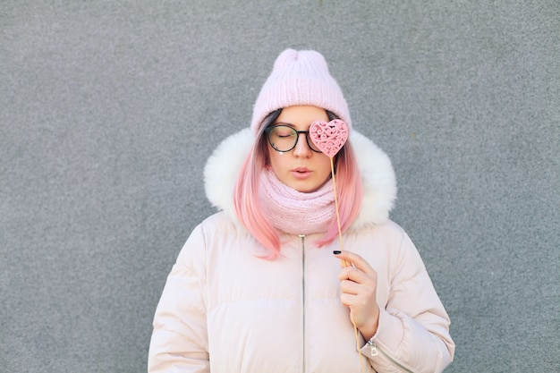 Portret van gelukkig schattig meisje met roze haren