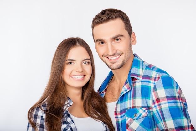 Portret van gelukkig schattige lachende man en vrouw verliefd