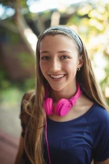 Portret van gelukkig schoolmeisje met hoofdtelefoons