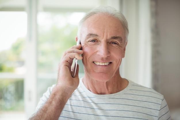 Portret van gelukkig senior man praten op mobiele telefoon