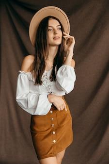 Portret van gelukkig tienermeisje op geïsoleerde bruine achtergrond. hoge kwaliteit foto