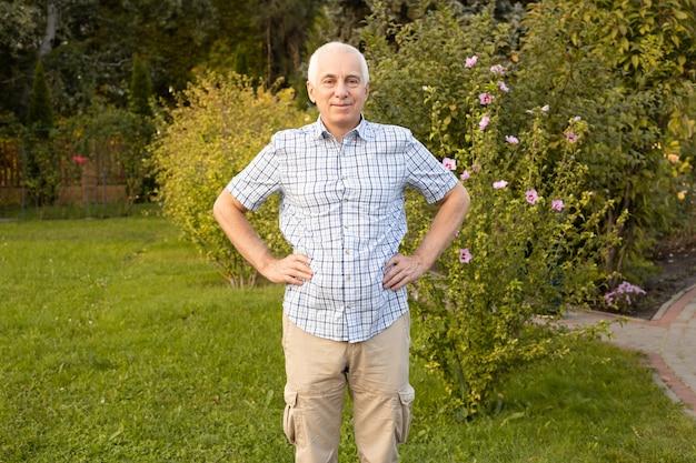 Portret van gelukkig volwassen man in de tuin