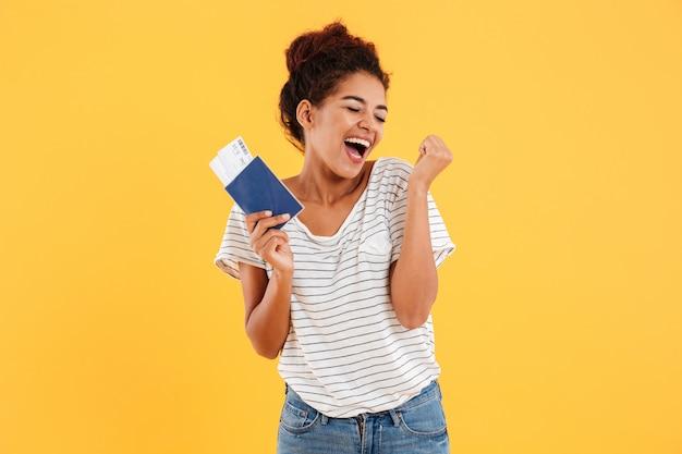 Portret van gelukkig vrolijk holdings internationaal paspoort geïsoleerd