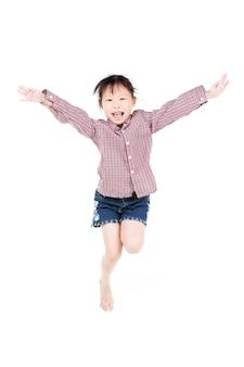Portret van gelukkig weinig aziatisch kind springen geïsoleerd op wit