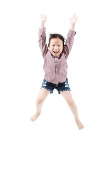 Portret van gelukkig weinig aziatisch kind springen geïsoleerd op wit Premium Foto