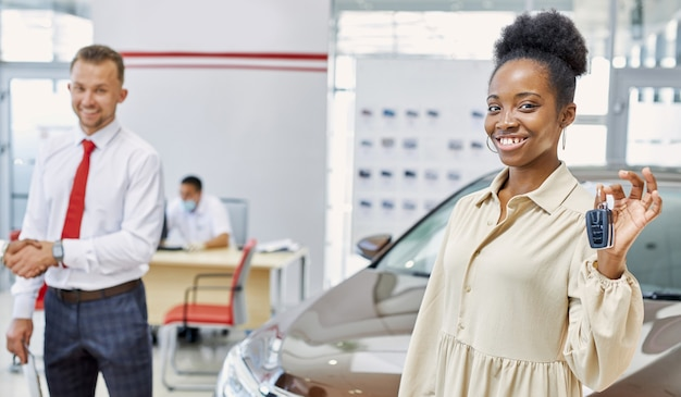 Portret van gelukkige afro-amerikaanse vrouw met autosleutels in handen