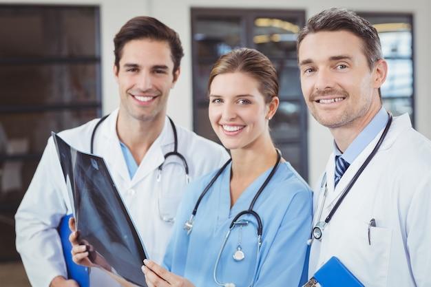 Portret van gelukkige artsen die röntgenstraal houden