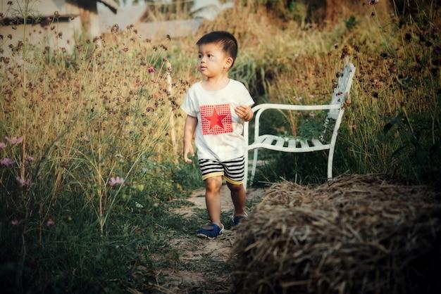 Portret van gelukkige aziatische jongen in openlucht in beeld met exemplaarruimte