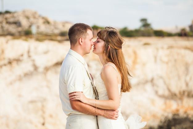 Portret van gelukkige bruid en bruidegom buiten in de natuur locatie. zomer- of herfstseizoen