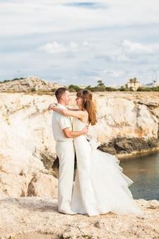 Portret van gelukkige bruid en bruidegom buiten in de natuur locatie