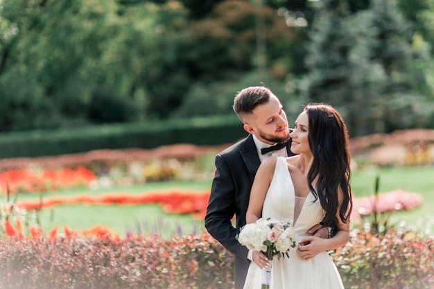 Portret van gelukkige bruid en bruidegom op hun trouwdag. foto met kopie ruimte