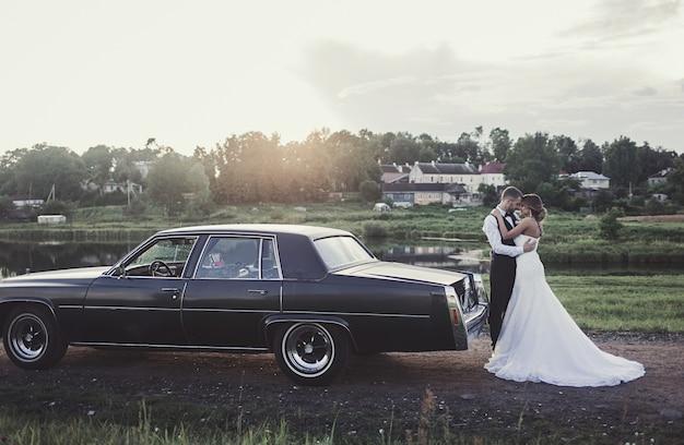 Portret van gelukkige bruid en bruidegom