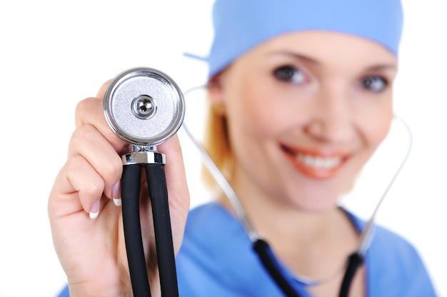Portret van gelukkige chirurg met stethoscoop - die op wit wordt geïsoleerd