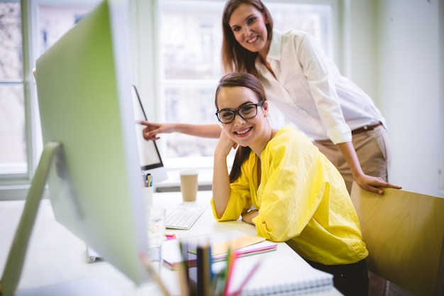 Portret van gelukkige collega's op creatief kantoor