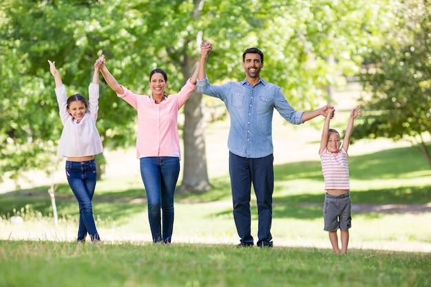 Portret van gelukkige familie die samen van in park genieten