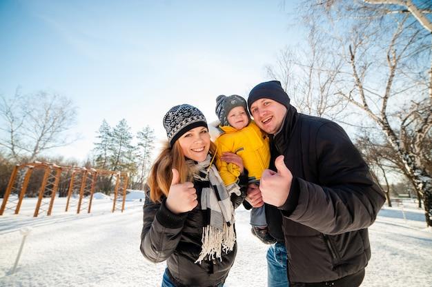 Portret van gelukkige familie in de winterpark