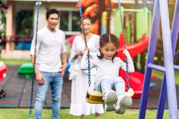 Portret van gelukkige familie in het park