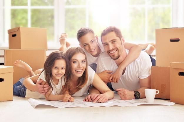 Portret van gelukkige familie in nieuw huis
