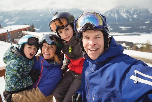 Portret van gelukkige familie in skikleding