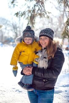 Portret van gelukkige familie in winter park