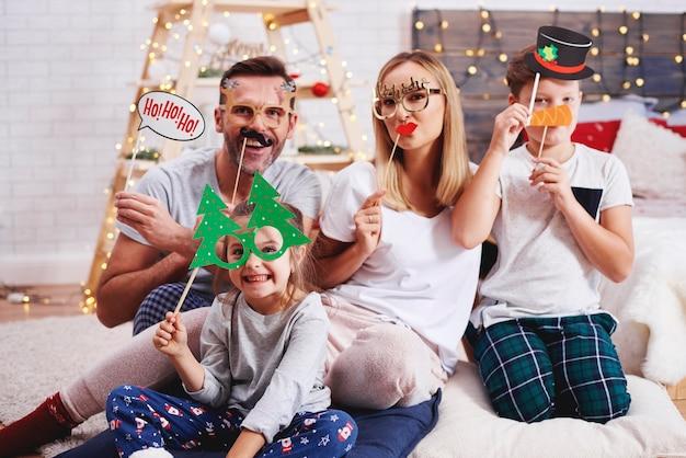 Portret van gelukkige familie met kerstmismasker