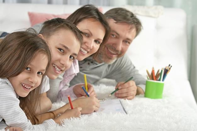 Portret van gelukkige familie schilderen thuis