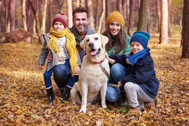 Portret van gelukkige familie tijdens de herfst