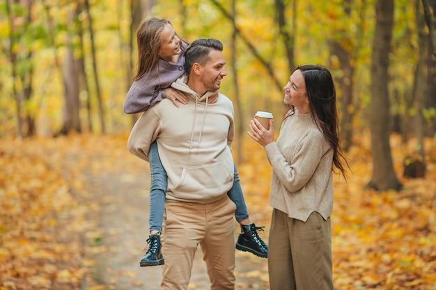Portret van gelukkige familie van drie in de herfstdag
