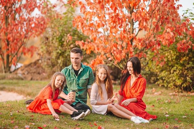 Portret van gelukkige familie van vier in de herfst